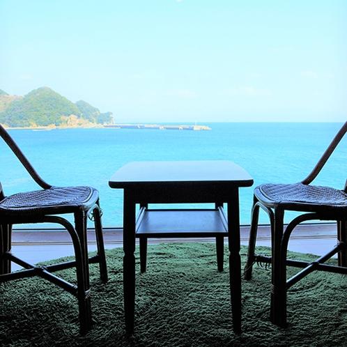 【お部屋】ツインルーム。穏やかな海を眺めながらお過ごしください。