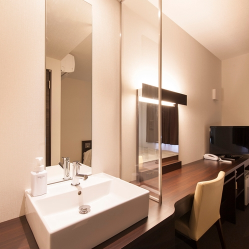 【ダブルベッドルーム】シャワールームのお部屋には独立洗面台がございます。