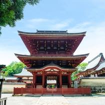 【薦(こも)神社】 車で約15分  神門(国の重要文化財)