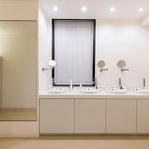 洗面スペースは各PODフロアにございます。大きな鏡があり、ドライヤーも十分台数をご用意しております。