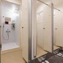 シャワースペースは24時間利用可可能。シャンプー、コンディショナー、ボディソープもご用意しています。