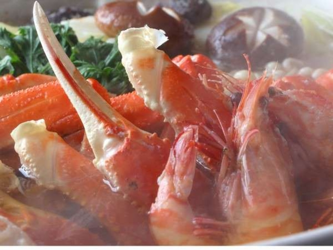 【蟹鍋】かねとも特製だしで召し上がっていただく蟹鍋も好評です