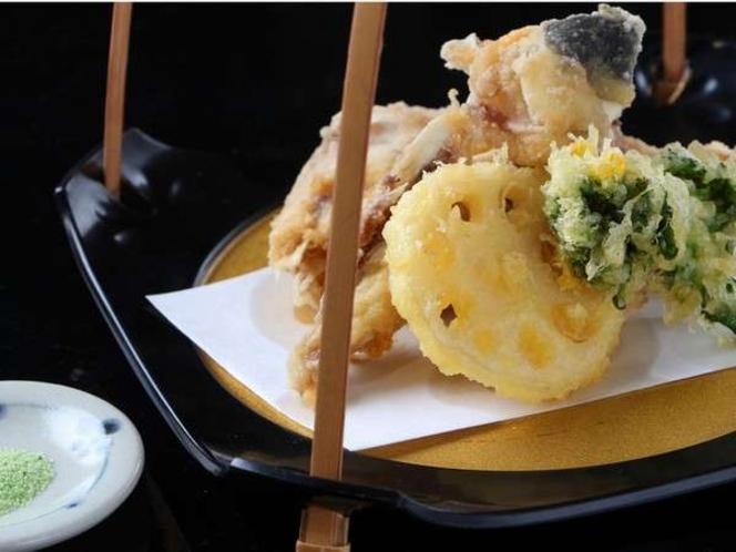 天然とら河豚の揚げたて天ぷらをあっさりと抹茶塩でさくさくっと!