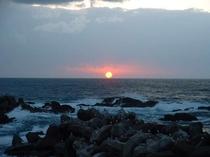 天候によりますが、越前海岸沿いは海に沈む夕陽をご覧いただけます