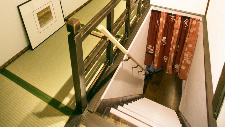 ・「椿」のお部屋の入口が2階奥にございます