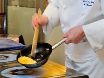 シェフが目の前でお作りする出来立ての卵料理や、地元で採れたこだわりの素材。