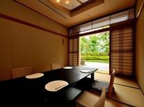 日本料理「四季」明るい陽射しに満ちた店内には、日本庭園を臨むお座敷もご用意。