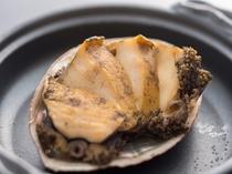 アワビ陶板焼きの例。磯の香たっぷり、焼立てのホクホクしたアワビを味わって下さい。