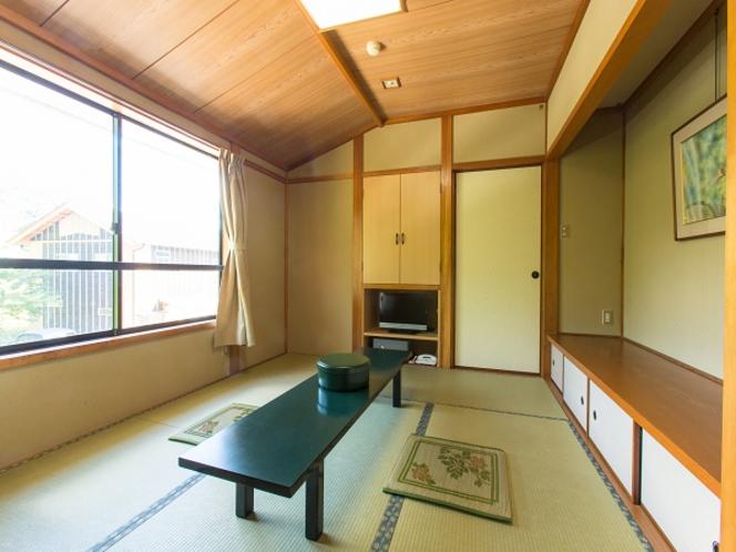 駐車場側客室の例(6畳客室)