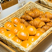 朝食:パン各種(クロワッサン・バターロール)