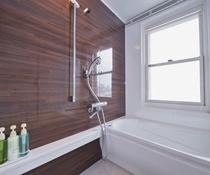 デラックスルームはバスルームには窓が!夜景も楽しめます