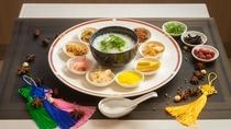 【2021年4月朝食リニューアル】中華粥・ザーサイや蒸し鶏等の10種類以上のトッピングが可能。