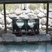貸切露天岩風呂内です。洗い場も2か所ございます。
