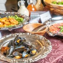 【Buffet】刺身や魚の煮物、生ハム、チーズ、地元野菜のサラダなど和洋問わずMenuがございます。
