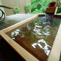 ヒノキ風呂です。美肌によいとされる宝泉寺温泉の源泉かけ流しを24時間お楽しみいただけます。