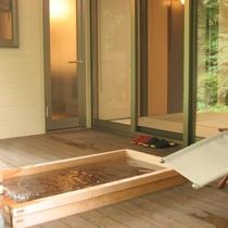ウッドデッキに備えつけのヒノキ風呂でごゆるりとおくつろぎください。