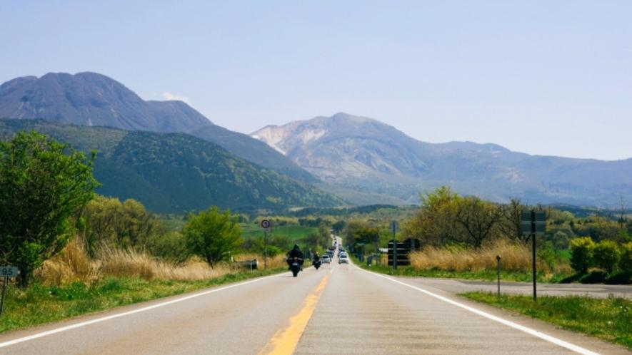 日本百名道に選ばれる「やまなみハイウェイ」。雄大なくじゅう連山の絶景の中のドライブは最高です。
