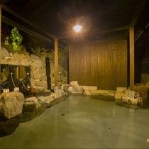貸切露天岩風呂。宿泊中は24時間いつでもご入浴できます。