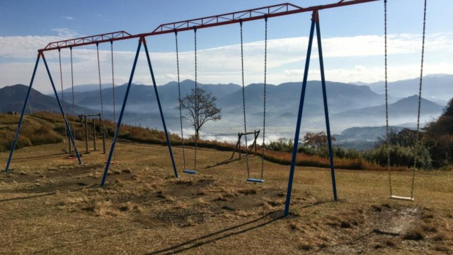 童話の里のシンボル「伐株山」。山頂のブランコでは、アルプスの少女・ハイジの気分を味わえます。