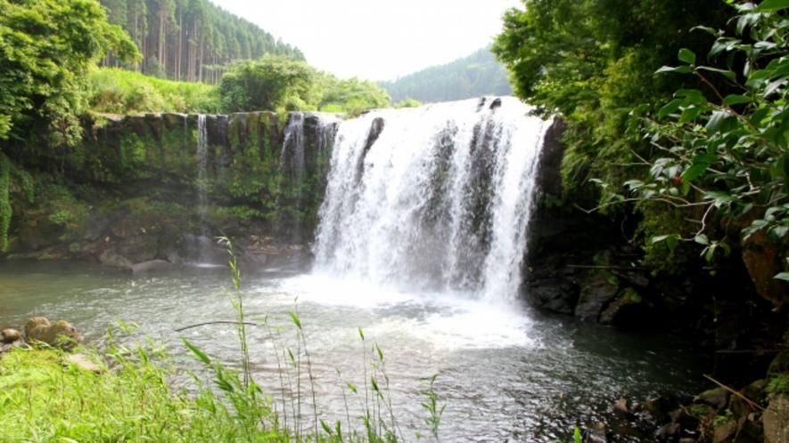 宝泉寺温泉内天女の伝説のある「仙洞の滝」。当館よりお車で5分。