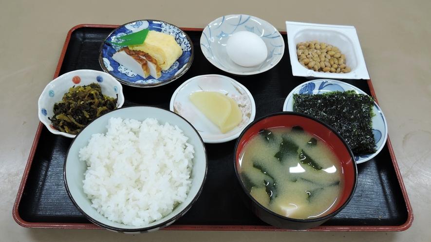 *【朝食一例】味噌汁、卵焼き、漬物などのシンプルな和定食です