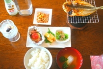 朝食一例。メニューは焼き魚等、日替わりになります。