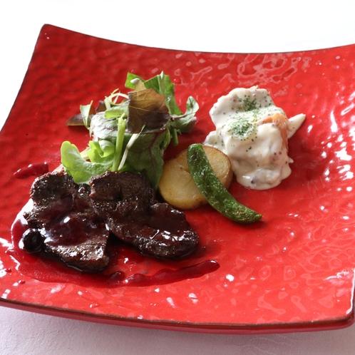 北海道産鹿肉と上富良野ポークのフルコース料理のメイン