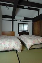 【寝室】ツインのお部屋になります。オーディオも備えてありますので、ゆっくりとくつろげます♪