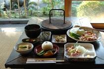 【夕食】古里庵自慢の地鶏料理(炭火焼・刺身)を中心としたコースです。