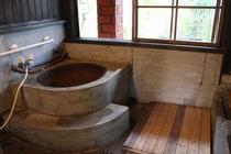 【五右衛門風呂】昔懐かしい五右衛門風呂。下に板を敷いてくださいね!