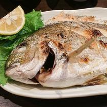 *【ご夕食一例】魚の塩焼き。地元で獲れたお魚を丁寧に焼き上げました。