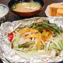 *【ご朝食一例】野菜をたっぷり使った肉と魚のホイル焼き。栄養バランスにも気を付けてご用意しております