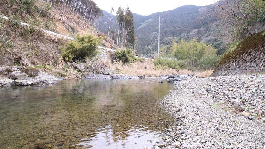 すぐそばの吉尾川で夏には川遊びや花火などで遊んでいただけます。