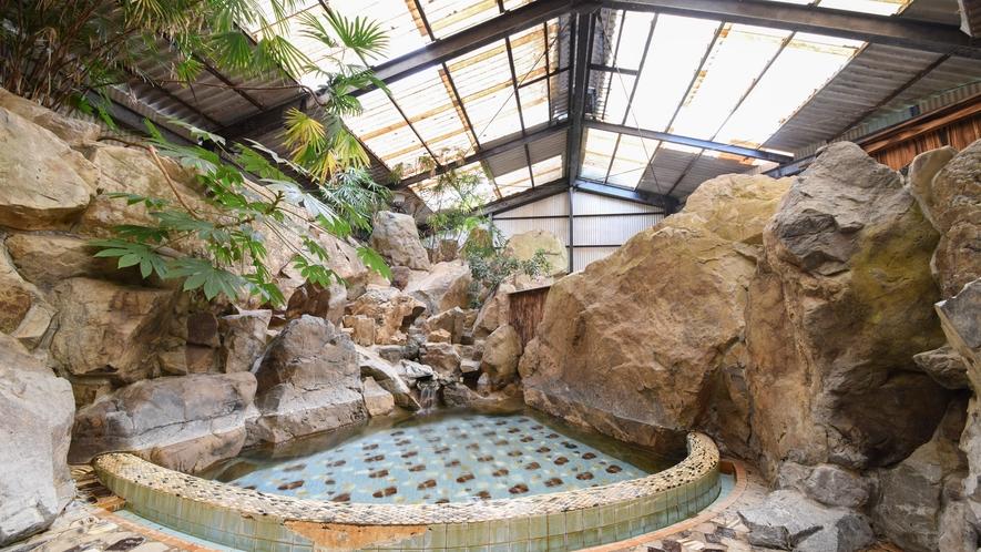 [岩風呂(夏季季節営業)]大きい岩に囲まれた扇型の浴槽です。