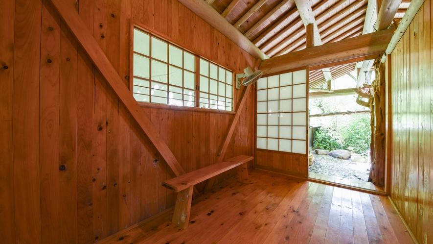 [庭園露天風呂・脱衣所] シンプルな木造りの脱衣所です。