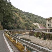 [宿まで③]右手に診療所が見えますが、そのまま川沿いに直進してください。