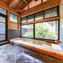 *[離れ専用内風呂]優しい肌触りの泉質が自慢。豊富な湯量で新鮮な温泉をお楽しみください。