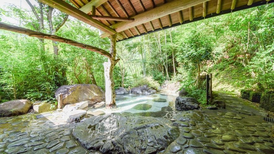 [混浴庭園露天風呂]すぐそばには吉尾川が流れており川のせせらぎも楽しめます。