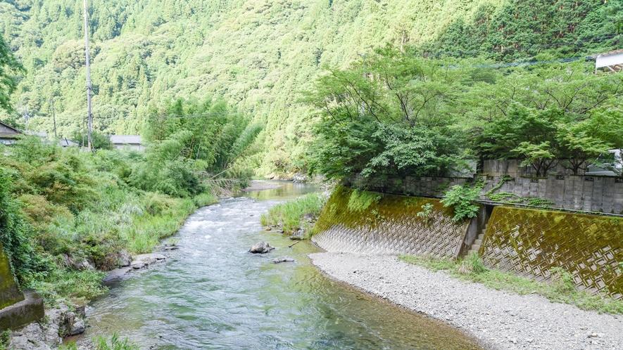 *[周辺の様子]目の前には球磨川に続く吉尾川が流れます。