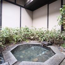 [離れ専用露天風呂]お部屋に専用露天風呂がついているので周りを気にせず自由に温泉を楽しめます。