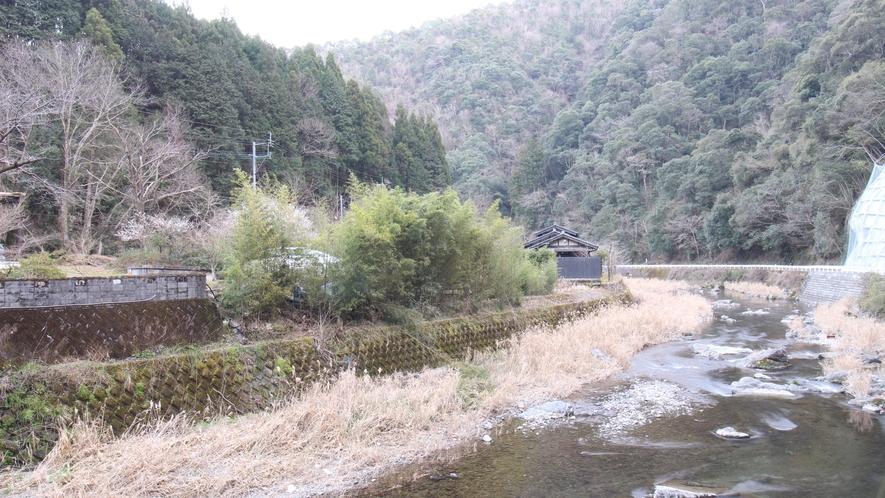 [当館にかかる橋からの眺め]球磨川支流のすぐそば!澄み切った空気に心も身体もリフレッシュ!