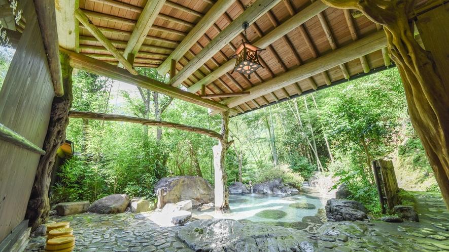 [混浴庭園露天風呂]緑に囲まれた中、泉質に恵まれた自慢の吉尾温泉をお楽しみください。