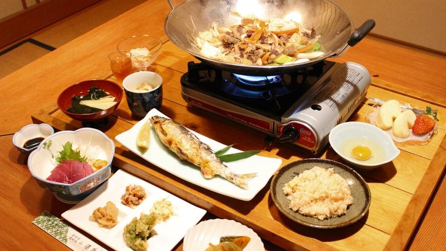 *夕食には「鮎の塩焼き」や「しし鍋」など山の宿ならではの料理が並びます。