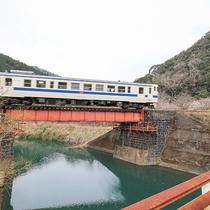 [吉尾温泉駅へ向かう列車]橋を架ける一両電車に趣を感じます。