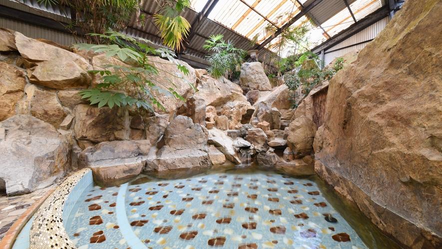 [岩風呂(夏季季節営業)]ほんのり硫黄の香りのするやわらかな泉質です。
