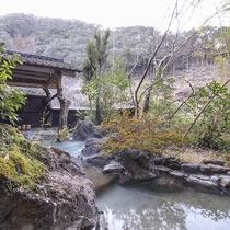 [庭園露天風呂]緑に包まれた中で入る露天風呂は開放感◎