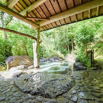 *[混浴庭園露天風呂]すぐそばには吉尾川が流れており川のせせらぎも楽しめます。