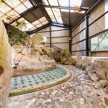*[岩風呂(夏季季節営業)]施設内には3本の源泉があり、新鮮なお湯をお楽しみいただけます。