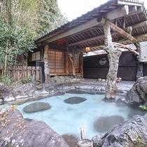 [庭園露天風呂]敷地内3つの源泉から沸く温泉は新鮮です☆