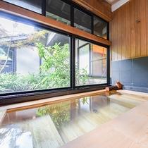 *[離れ専用内風呂]木造の浴槽で温かみのある内風呂。足を伸ばしてリラックスしていただけます。